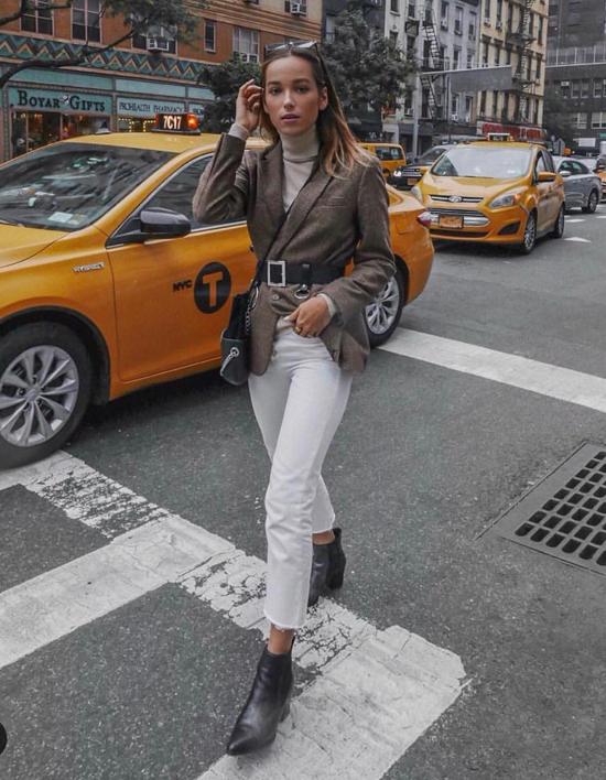 Blazer đi kèm thắt lưng là mốt rất dễ ứng dụng. Chúng có thể khiến phái đẹp có được hình ảnh mới mẻ hơn khi đi dạo phố, ấn tượng hơn khi đến văn phòng.