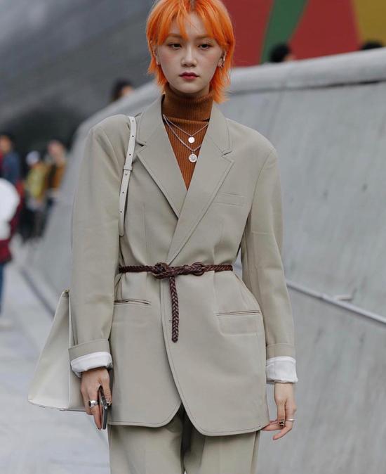 Khi mặc suit tông màu trung tính, các fashionista cũng khéo léo chọn lựa nhiều kiểu thắt lưng độc đáo để phối đồ.