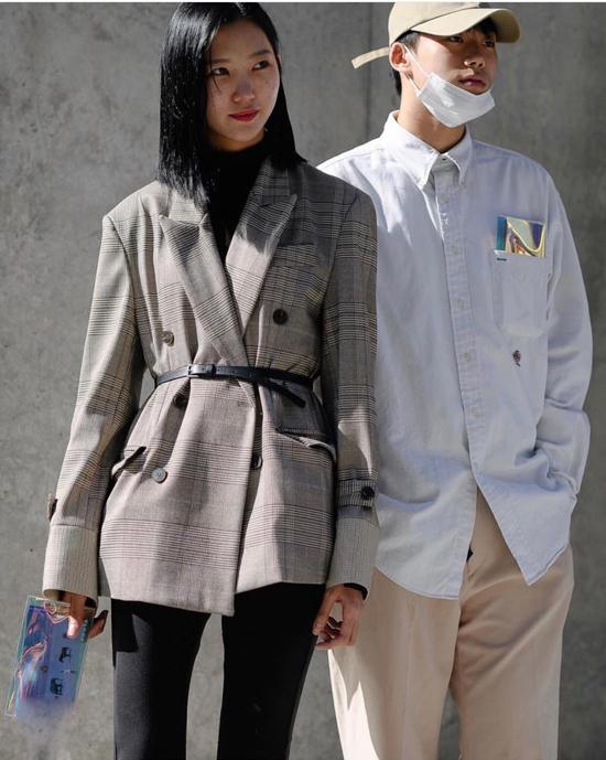 Dây thắt lưng đen dáng mảnh đi cùng áo họa tiết kẻ sọc ca rô là hai món đồ được săn lùng nhiều nhất.