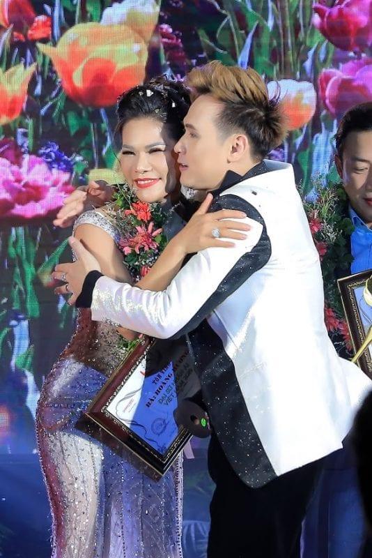 Nguyên Vũ chúc mừng hoa khôi Hương Hoàng