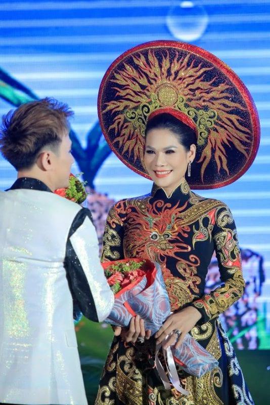 Nguyên Vũ chúc mừng hoa khôi Hương Hoàng - Đại sứ Nhân ái 2019