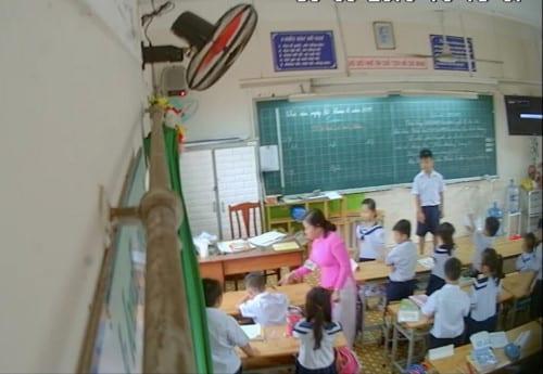 Tạm đình chỉ cô giáo véo tai, đánh học sinh trong giờ học