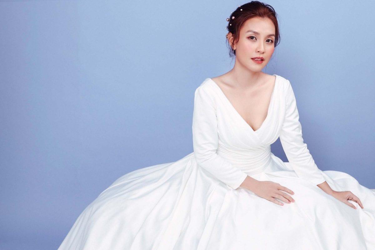 MC Khánh Ly diện đầm trắng